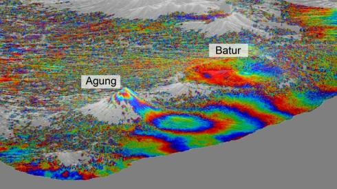 В Индонезии произошло землетрясение прямо в кальдере супервулкана Тоба.