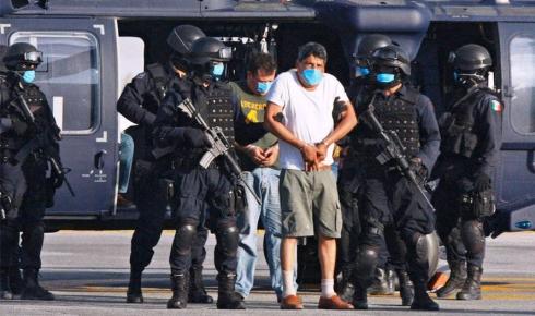 """Мексиканская полиция разоружила и обыскала охранявших """"стену Трампа"""" солдат США."""