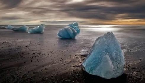 Скоро с неба посыпятся глыбы льда размером с грузовик.